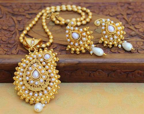 Craftsvilla Gold Plated Alloy Metal Traditional Pendant Set With Chain